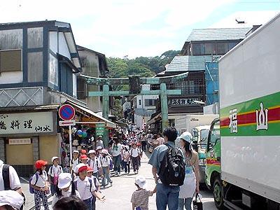 江島神社辺津宮に続く道